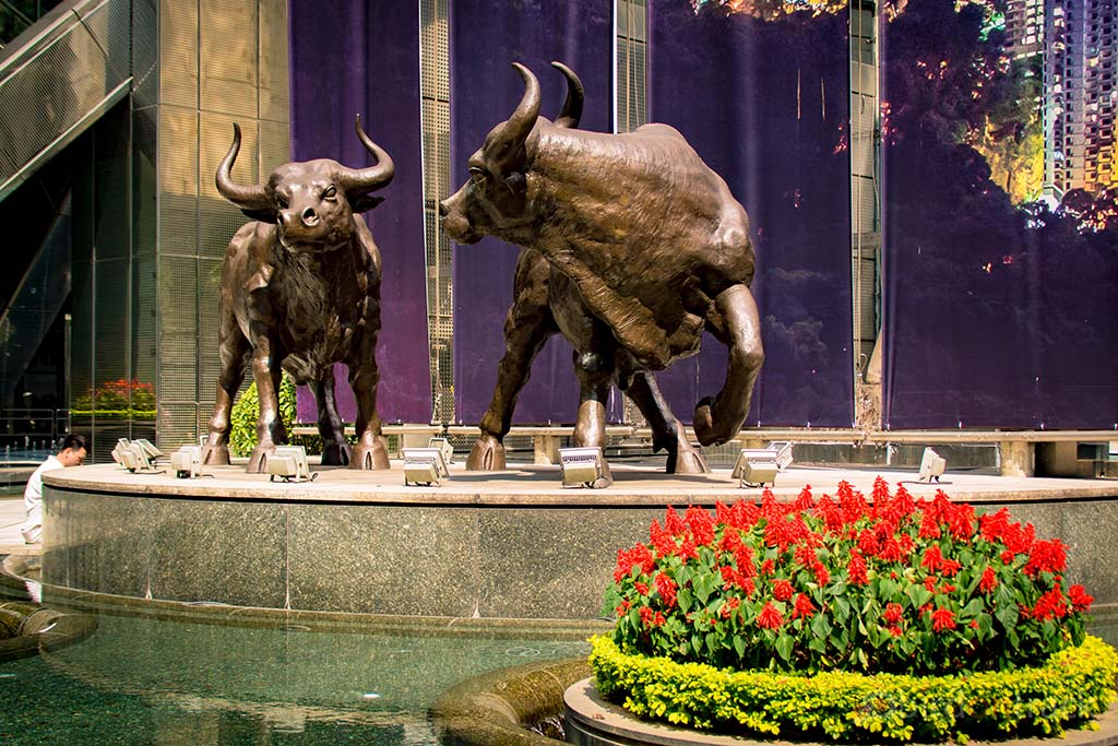 Two bulls in front of Hong Kongs most expensive building